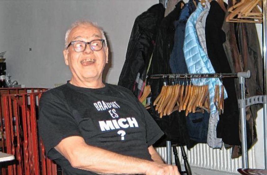 Einhart Klucke lästert was das Zeug hält im voll besetzten Kulturtreff in der östlichen Innenstadt.