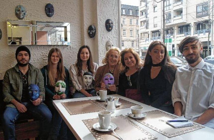 Venezianische Masken im Café am Rathaus (v.l.): Can Prorozan, Linda Schwarz, Ebru Dogan, Christine ...