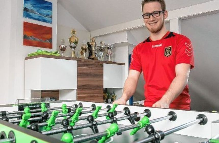 Thomas Haas ist als Tischfußballer erfolgreich. Der 20 Jahre alte Lorscher hat bereits viele Pokale ...