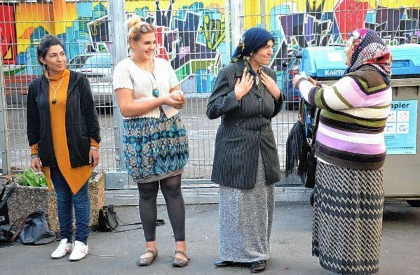 Schauspielübungen mit Musikstudentin Gizem Gözüacik (2.v.l.) im Hof des Gemeinschaftszentrums.