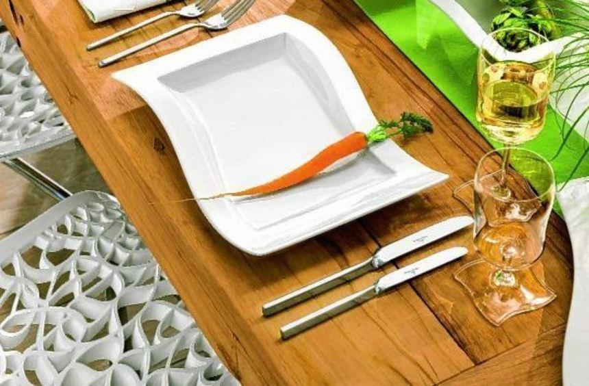 Frische Deko zu Ostern: Möhren auf dem Teller und Kräuter auf dem Tisch (l.). Auch wenn das ...