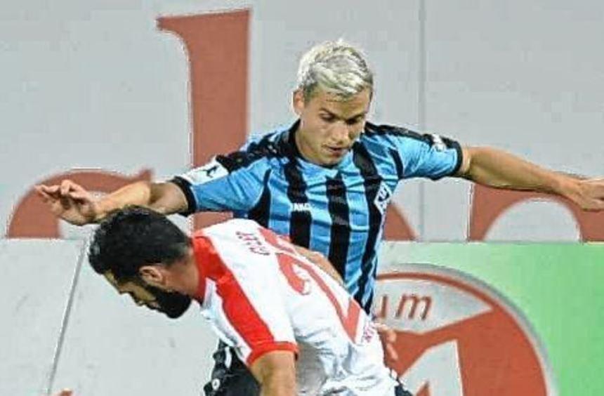 Harter Kampf in Hinspiel: Gianluca Korte (hinten) gegen Serkan Goecer.