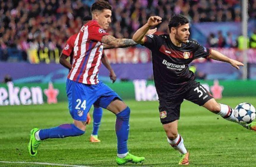 Nationalspieler Kevin Volland (r.), hier im Zweikampf mit Jose Maria Gimenez von Atlético Madrid, ...