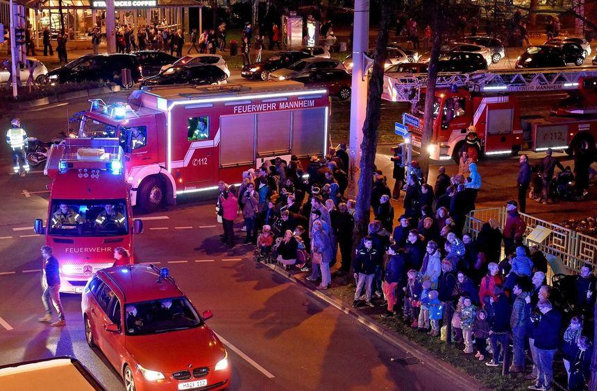 Blaulichtumzug, Feuerwehr zieht von der Lindenhof-Wache zum neuen Domizil in der Neckarauerstrasse ...