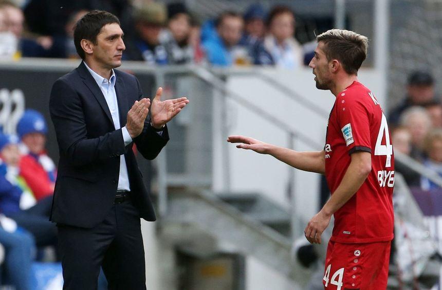 Leverkusens Trainer Tayfun Korkut applaudiert in Richtung von Kevin Kampl.