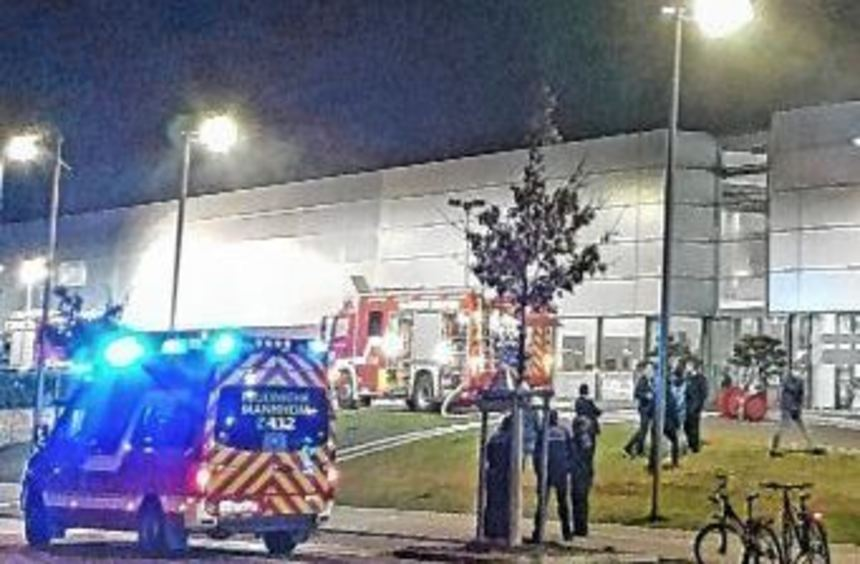 Ein Brand in der Werkstatt der Porsche-Niederlassung im neuen Friedrichsfelder Gewerbegebiet ...