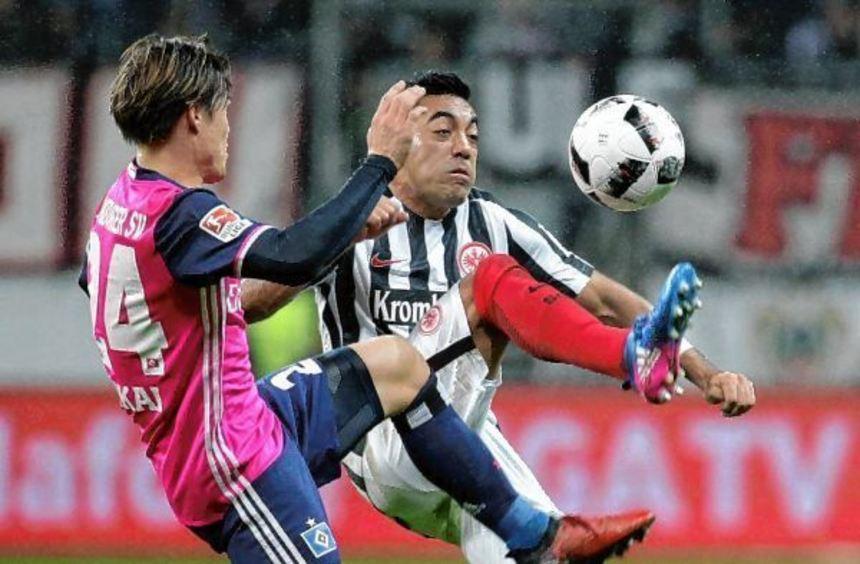 Intensiver Zweikampf: Marco Fabian (rechts) von Eintracht Frankfurt im Duell mit dem Hamburger ...