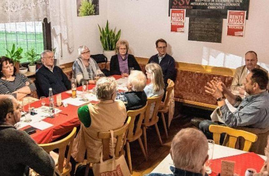 Ingo Thaidigsmann (rechts) referierte bei einer Informationsveranstaltung des DGB ...