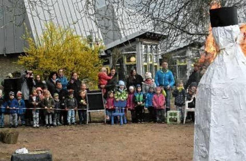 Kein Erbarmen mit dem Winter zeigen die Hüttenfelder Kinder.
