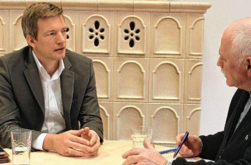 """Stefan Schmutz, der designierte Bürgermeister von Ladenburg (links), im Gespräch mit """"MM""""-Redakteur ..."""