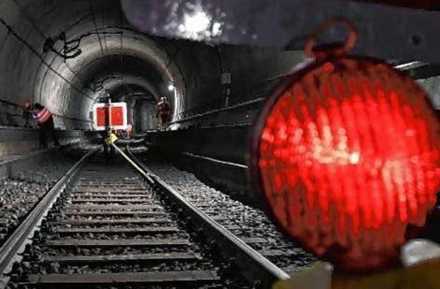 Eine Warnlampe im Tunnel nahe der Taunusanlage in Frankfurt.