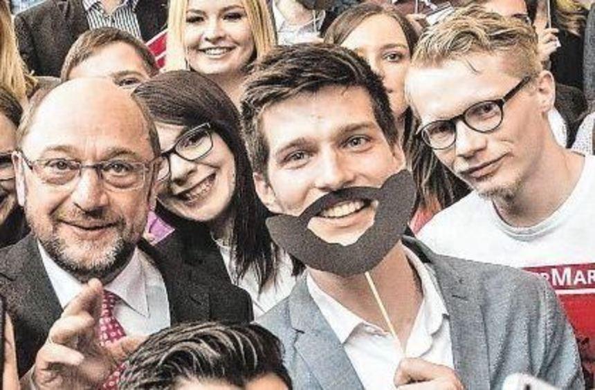 Martin Schulz beim SPD-Landesparteitag in Schwäbisch-Gmünd am 11. März mit Jusos. Rechts neben ihm ...