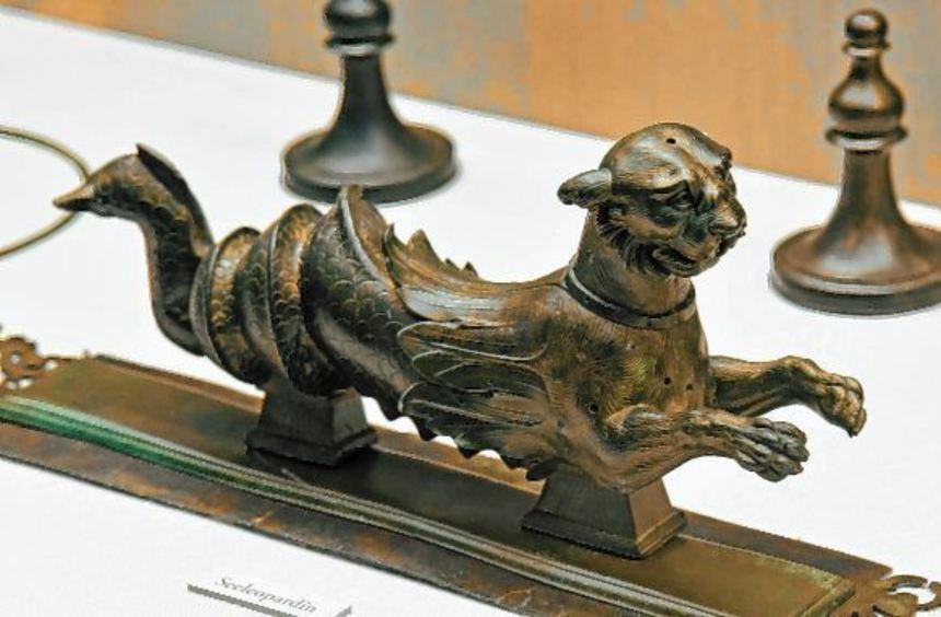 Zwei der vielen Höhepunkte im Lobdengau-Museum: Plastik eines Mischwesens vom römischen Prunkportal ...