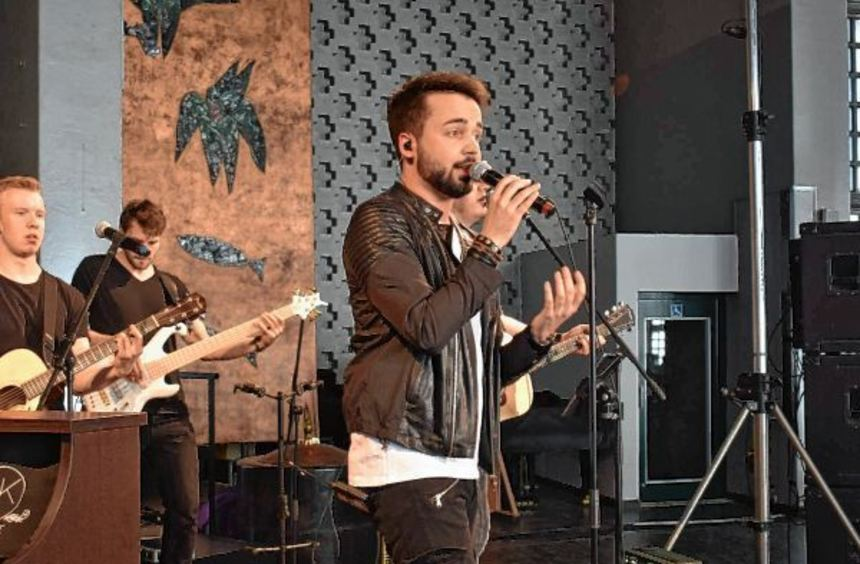 Sänger Jonathan Zelter (am Mikro) war einer Einladung der Stiftung Lebensblicke in die ...