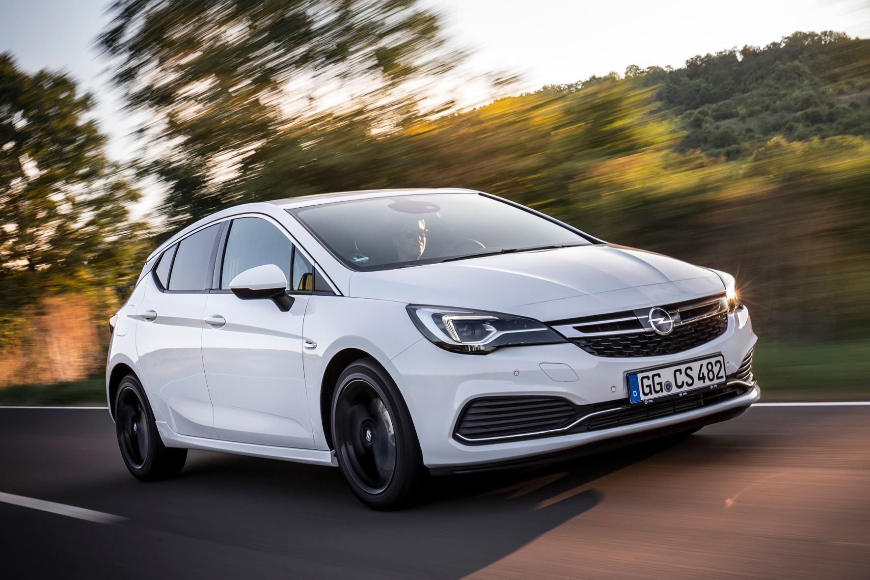 mid Groß-Gerau - Opel bietet seinen adaptiven Geschwindigkeitsassistenten ACC jetzt auch für den Astra mit Sechsgang-Schaltgetriebe an.