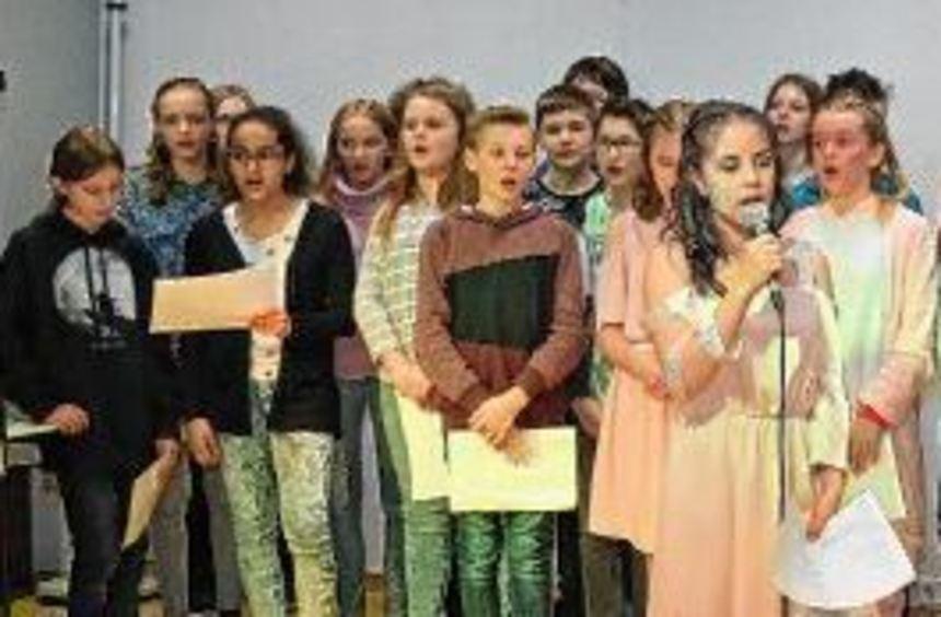 Schon eifrig am Proben: Die Musikklasse 7b präsentiert erste Ausschnitte aus dem Musical ...