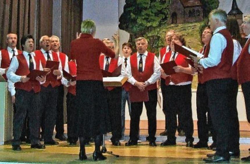 Der gastgebende Männergesangverein Eintracht Uissigheim unter der Leitung von Christine Bischoff.