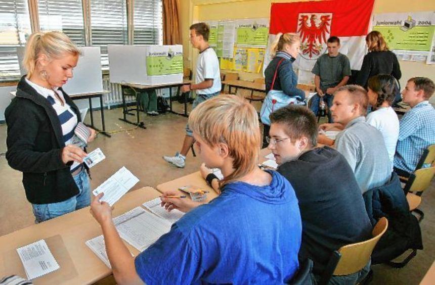 Im Jahr 1999 gab es erstmals eine Juniorwahl, bei der Schüler demokratische Abläufe im eigenen ...