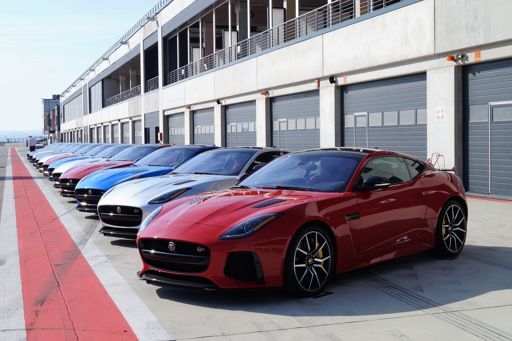 mid Barcelona - Jaguars Gratwanderung: Der F-Type SVR soll auf der Rennstrecke Topleistungen abliefern und dennoch alltagstauglich sein.