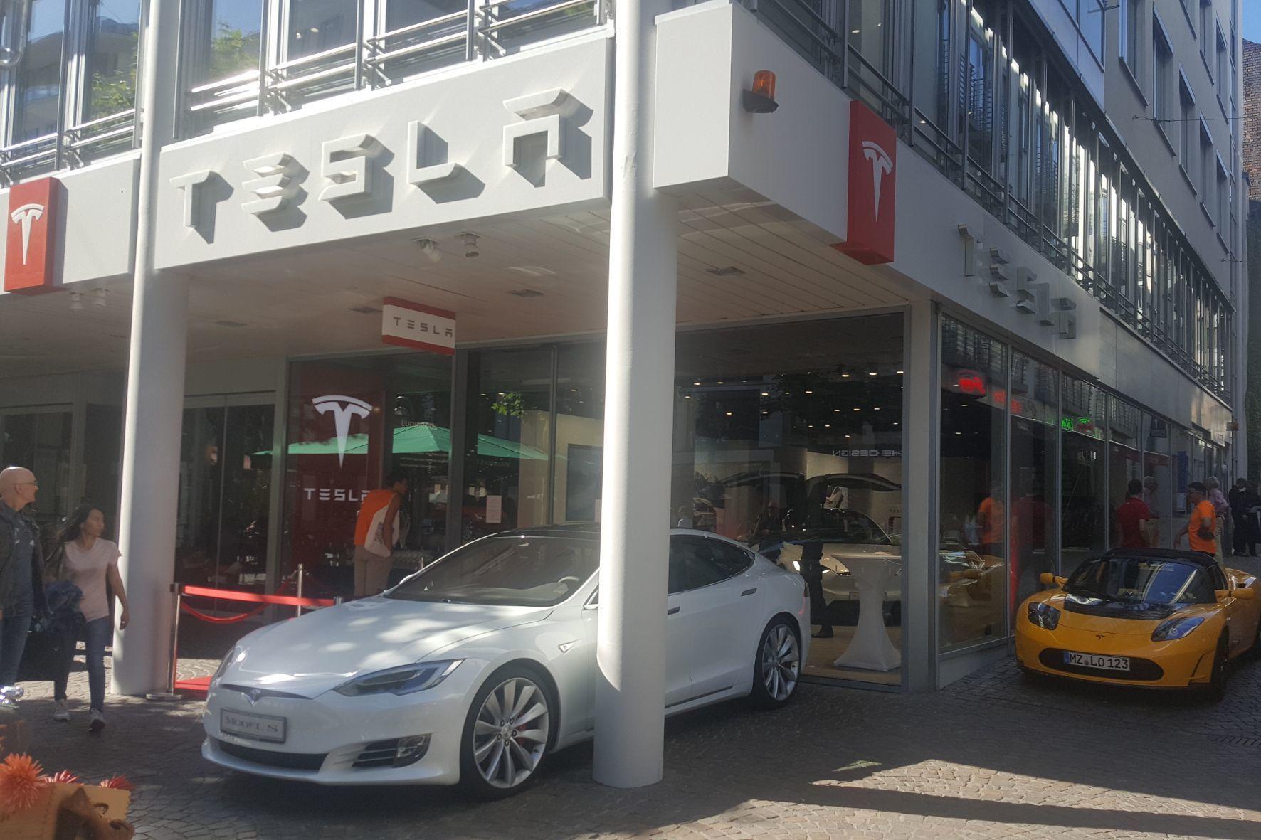 mid Frankfurt am Main - Neues Zuhause: Autobauer Tesla elektrisiert jetzt die berühmte Fressgass in Frankfurt am Main.