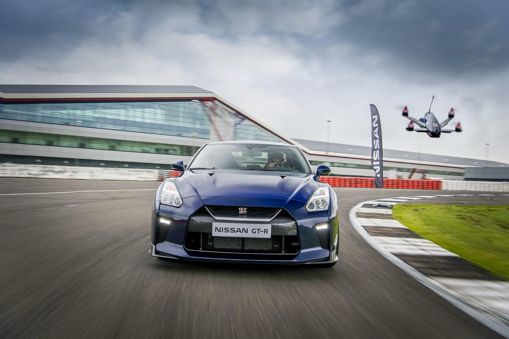 mid Groß-Gerau - Noch hat der Nissan GT-R knapp die Nase vorn. Doch mit der Renndrohne ist nicht zu spaßen. In gerade mal 1,3 Sekunden erreicht das unbemannte Flugobjekt Tempo 100 km/h.