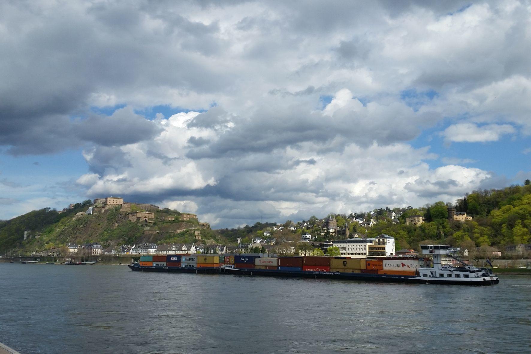 mid Groß-Gerau - Ein typischer Rheinfrachter, der unter anderem Wein aus Übersee nach Deutschland bringt, auf der Rückfahrt nach Rotterdam..