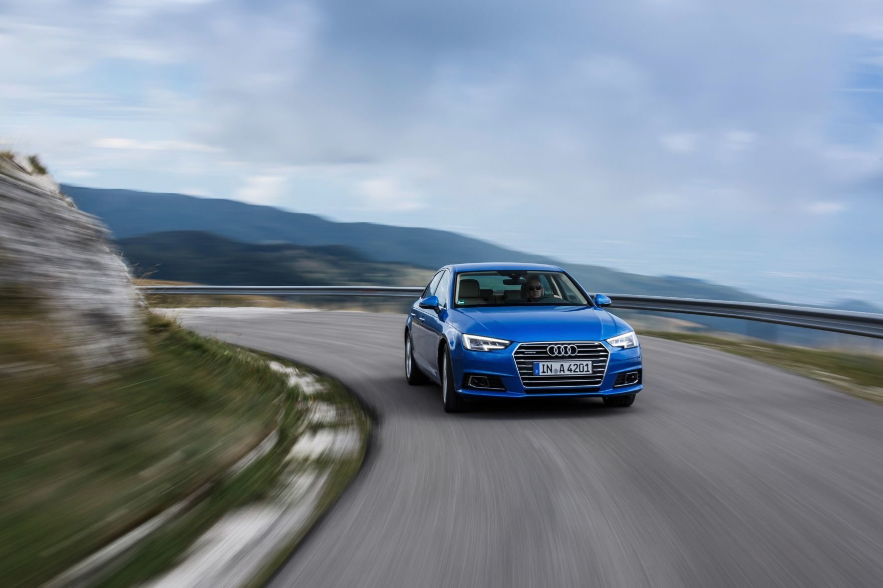 mid München - Mit dem 252 PS starken Top-Benziner mutiert der jüngst überarbeitete Audi A4 zur Sport-Limousine.