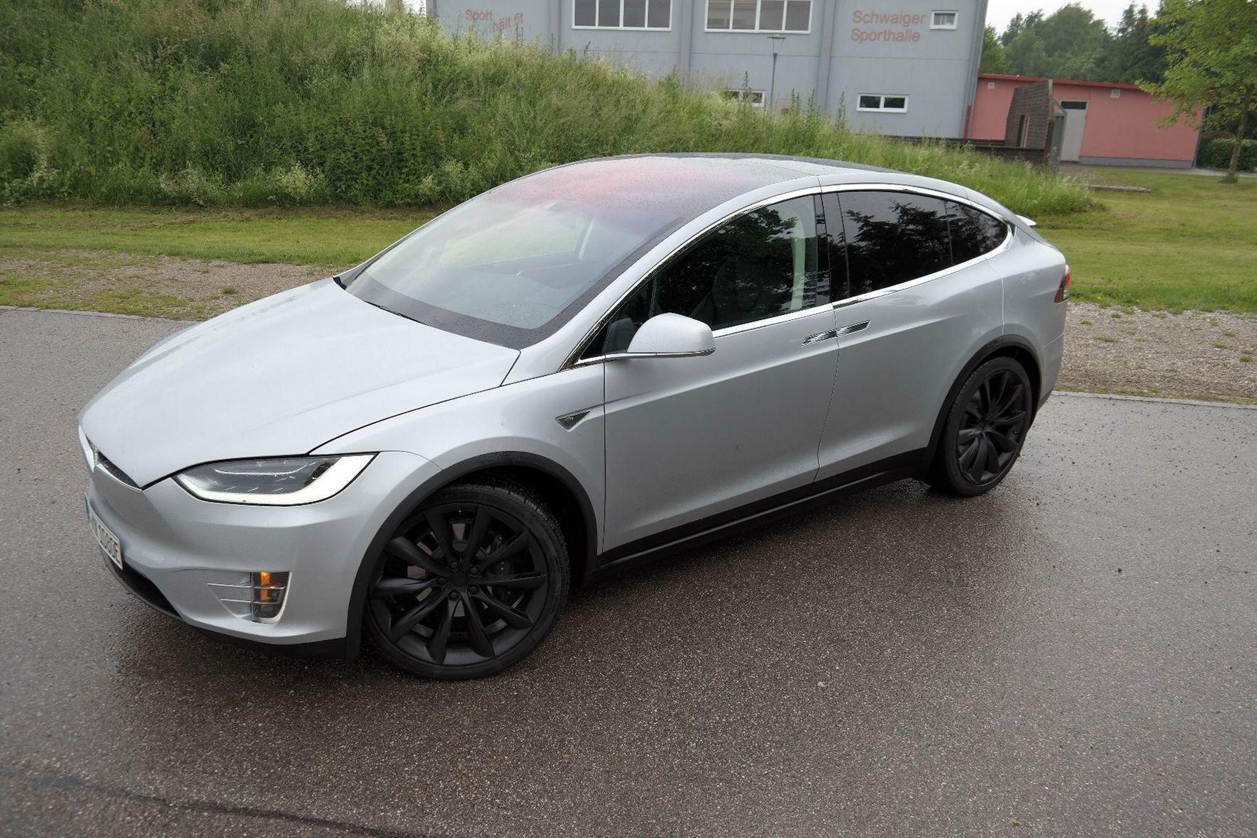 mid München - Wirkt wie eine Mischung aus SUV, Van und Coupé: Der Tesla Model X rollt mit elektrischem Allradantrieb, viel Platz und hoher Reichweite an.