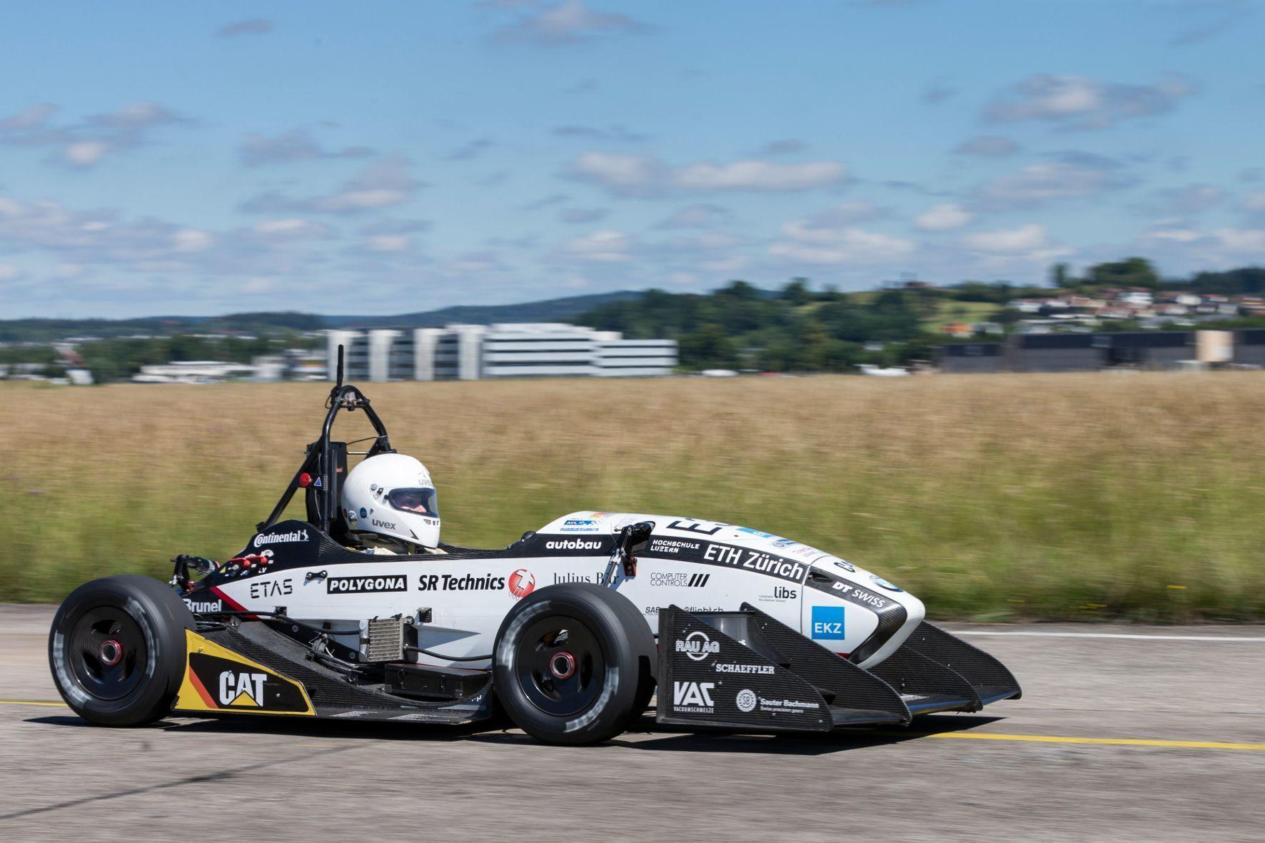 """mid Groß-Gerau - Weltrekord: Das Elektroauto """"Grimsel"""" beschleunigt in 1,513 Sekunden von 0 auf 100 km/h. Die Geschwindigkeit von 100 km/h erreicht das Fahrzeug innerhalb von weniger als 30 Metern auf dem Militärflugplatz Dübendorf bei Zürich."""