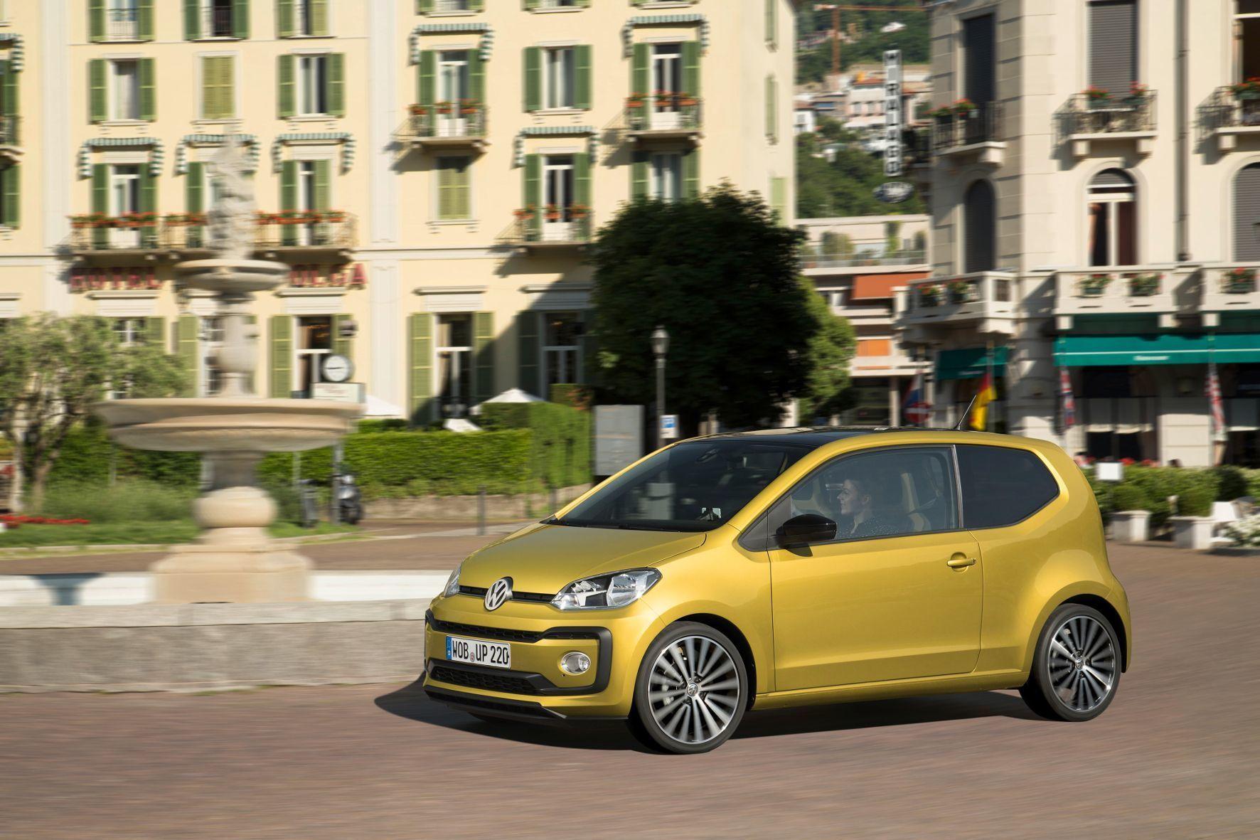 mid Mailand - Fröhlicher Bursche: Der VW up! kommt mit neuer Nase sowie Heck, 13 Außenfarben, drei Dachfarben und zehn unterschiedlichen Armaturenbrett-Design-Varianten daher.