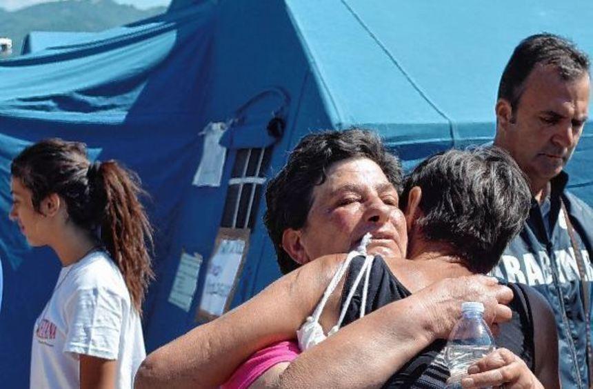 Überlebende des Erdbebens begrüßen gestern Angehörige in einer errichteten Zeltstadt vor Pescara ...