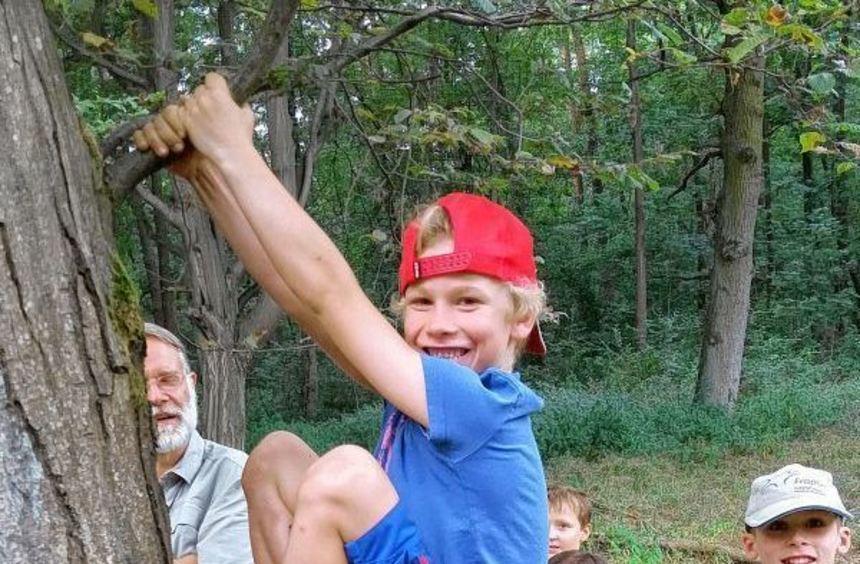 Der sieben Jahre alte Luk kletterte einen Baum empor, um zu zeigen, wie er sich vor nahenden ...