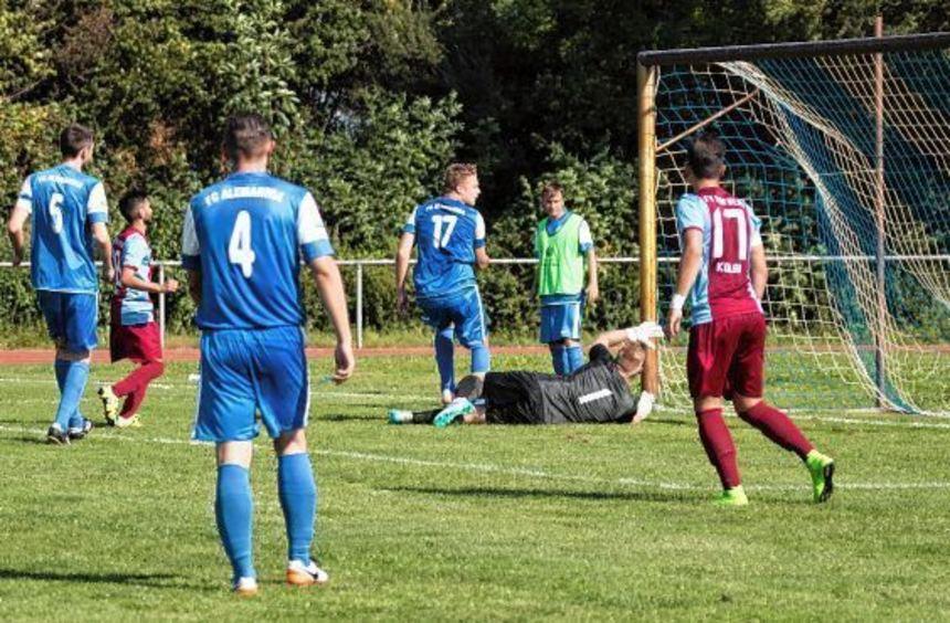 Hofheims Jasmin Huseinovic (Zweiter von links) stand bei seinem Treffer gegen Groß-Rohrheim ...