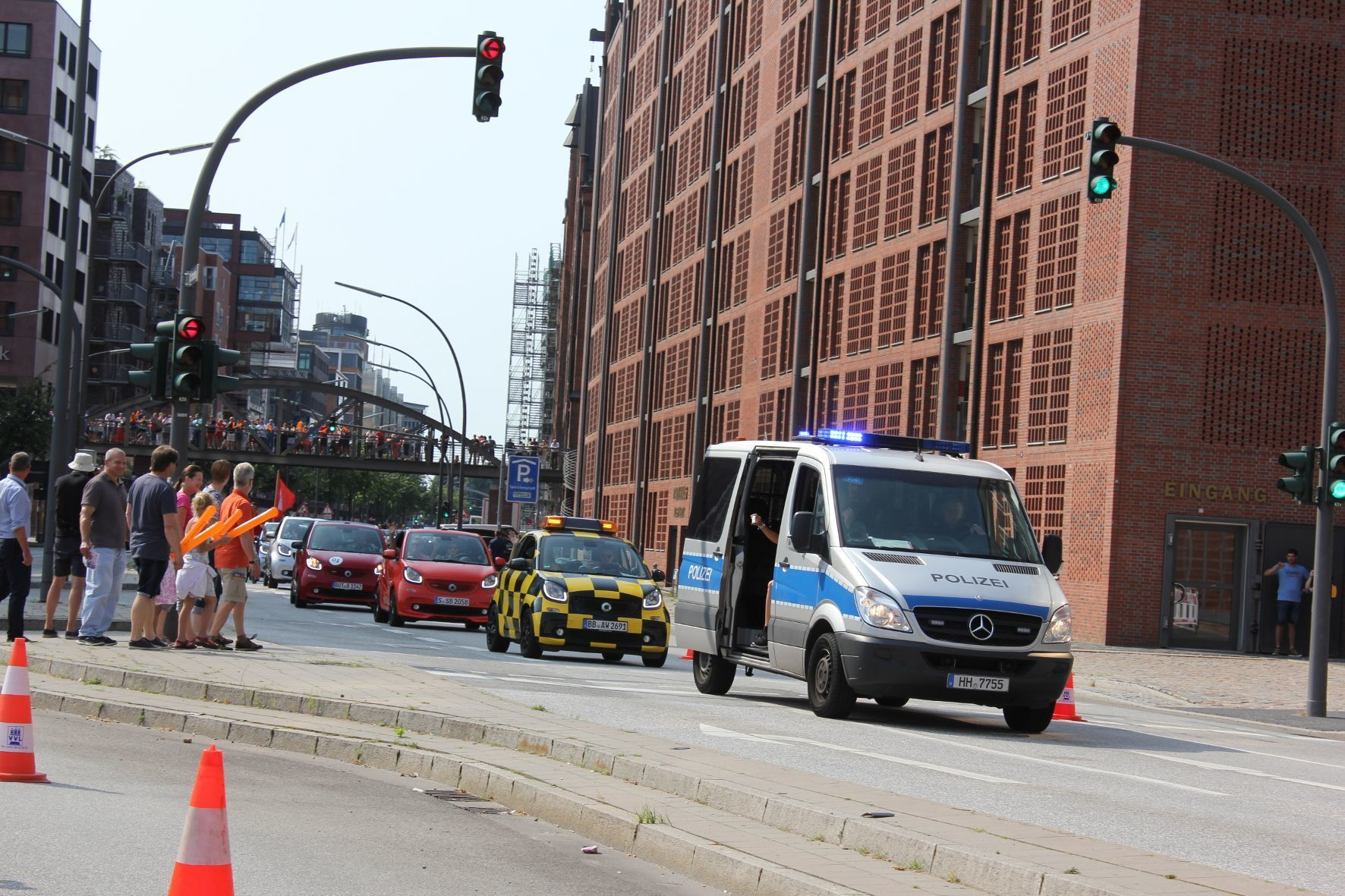 mid Hamburg - Smart-Invasion in Hamburg: Für den Autokorso im Rahmen des Fan-Treffens Smart Times haben die Ordnungshüter eine acht Kilometer lange Strecke in der Innenstadt abgesperrt und bieten Geleitschutz.