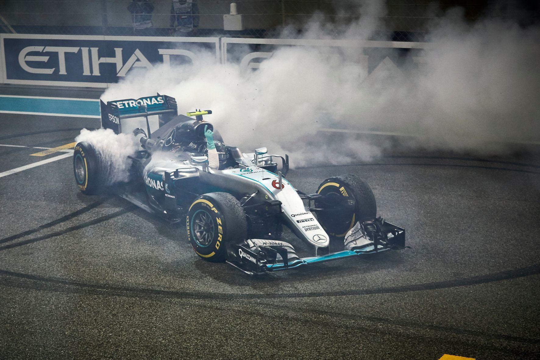 mid Groß-Gerau - So freut sich ein Formel-1-Weltmeister: Nico Rosberg gibt seinem Mercedes-Silberpfeil die Sporen und lässt es ordentlich qualmen.