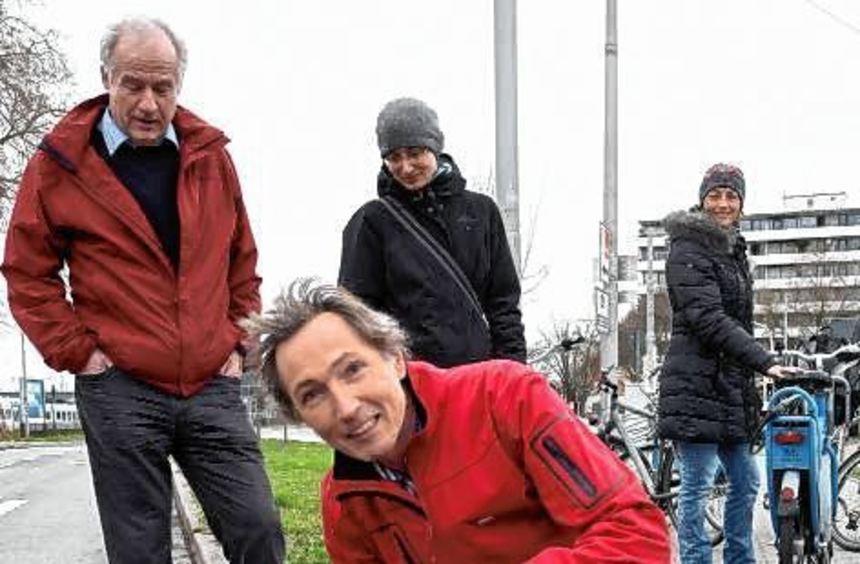 Wolfgang Schuy (vorne) mit Besuchern (v.l.) Dieter Argast, Esther Schuck und Birgit Marenbach.