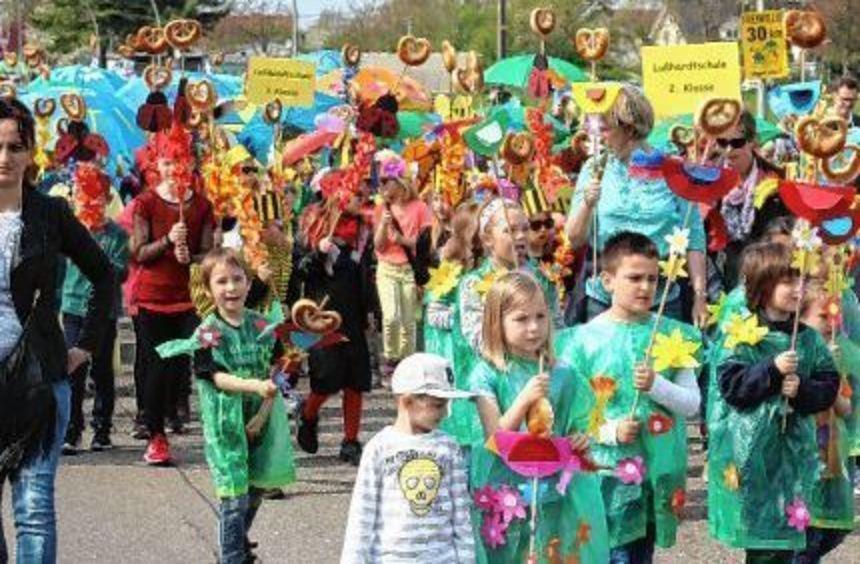 Die Lußhardtschule marschiert mit zahlreichen Klassen mit. Über 200 Kinder sind beim Sommertagszug ...