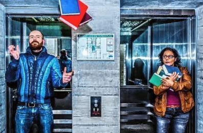 Claudis Kaboth und Giovanna Lo Presti im Fahrstuhl.