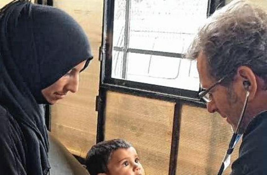 Gerhard Trabert untersucht bei einem Aufenthalt in Syrien ein Kind.