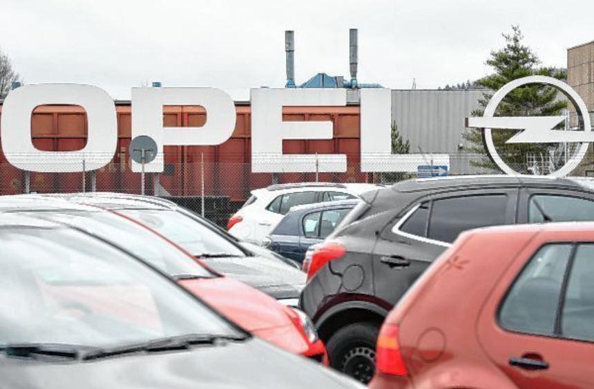 Ein Opel-Logo vor dem Werk in Kaiserslautern. Der kleine Standort könnte es aus Sicht von Stefan ...