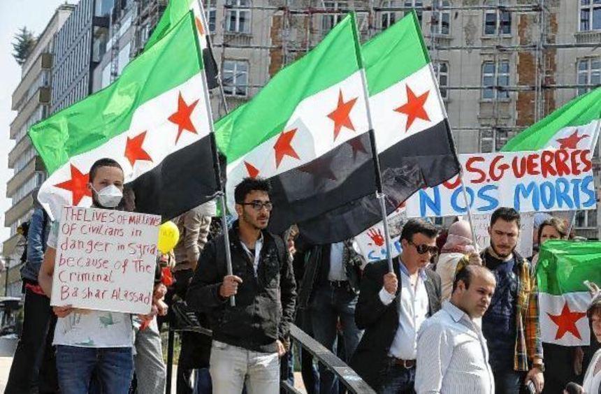 Demonstranten protestieren in Brüssel (Belgien) gegen den Giftgasangriff in Syrien. Der ...