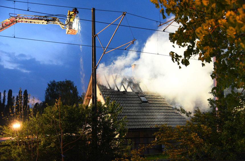 In den frühen Morgenstunden meldete ein Anrufer einen Brand im alten Fährhaus am Neckarufer.