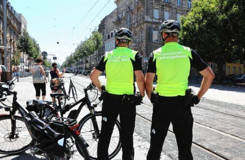 Vergangenen Juli (unser Bild) bekamen Ordnungsdienst-Mitarbeiter E-Bikes für die Streife. Die CDU ...