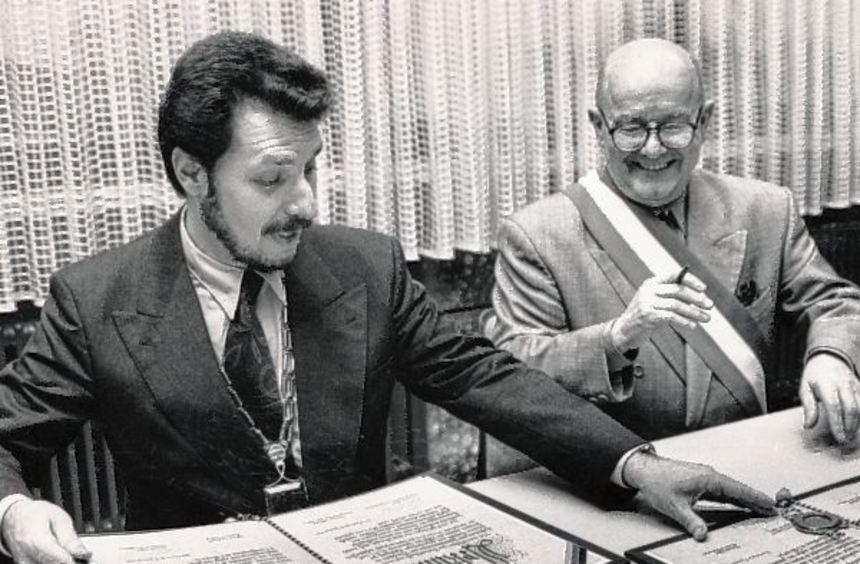 Roland Esche (l.) und Gérard Lambert (r.) besiegelten am 15. Januar 1994 die Partnerschaft zwischen ...