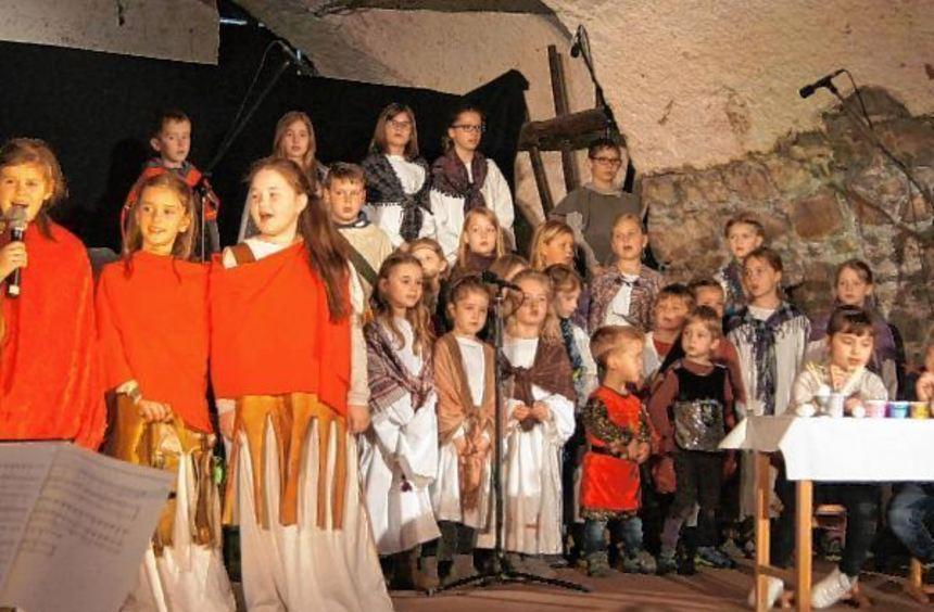 """Über 30 Kinder zwischen vier und elf Jahren hatten das Singspiel """"Ich bin bei euch"""" einstudiert, ..."""
