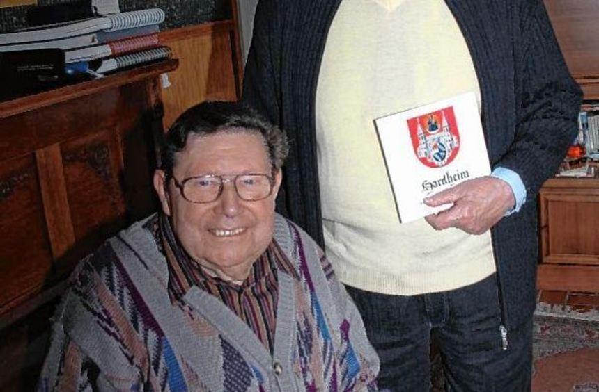 """Die """"Macher"""" Friedhelm Bräuer (links) und Hans Theodor Vleugels mit der Hardheimer Schallplatte in ..."""