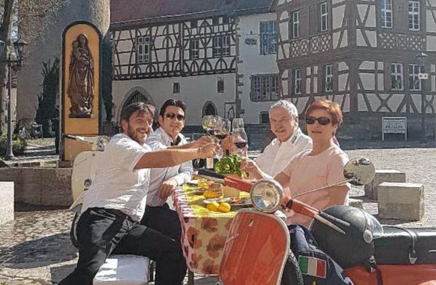 Rocco und Francesco Carella vom Restaurante im Sportpark (links) und Maria und Helmut Hofmann ...
