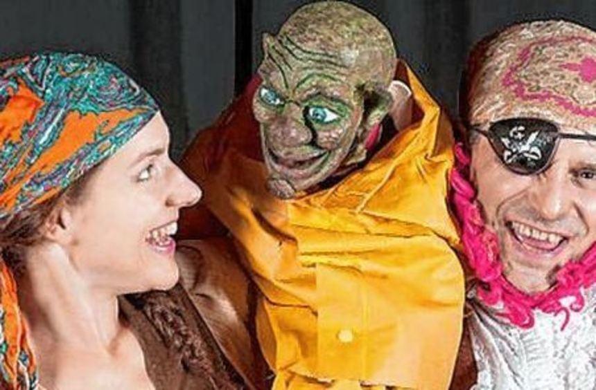 Die beiden Schauspieler Sandra Jankowski und Frank Klaffke nehmen auf Einladung der ...