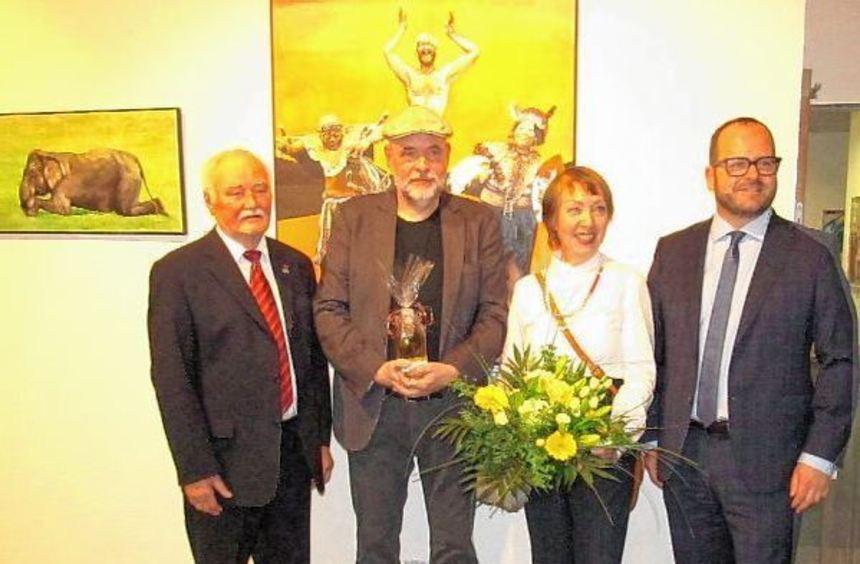 Das norwegisch-deutsche Künstlerehepaar Eva Nordal und Sven Wiebers, hier bei der Vernissage mit ...