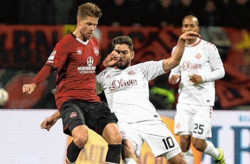 Schon in der Hinrundenpartie in Nürnberg wurde hart gekämpft. Unser Bild zeigt eine Szene mit ...